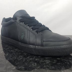 Detaljer:   Brand: Ralph Lauren  Model: Hugh  Størrelse: 42  Materiale: 100% action læder  Farve: Sort  OBS! Skoene er en smule korte, vil anbefale en der går i 41 til at gå i dem. De er helt fine i vidden.    Forsendelse:  For køb på 200 kr. og over er der gratis forsendelse.     Hvis du er på udkig efter sko, så skal du være mere end velkommen til at tage et kig på min lille skohylde og se om der er det fodtøj du står og mangler.