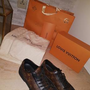 Hej  Sælger disse lækre Louis Vuitton Match-up sneakes.  De er kun brugt få timer sammenlagt!  De er købt i LV Marbella. Alt der følger med, nå man køber fra LV, er der!  For interesse, skriv her eller på 004522427971
