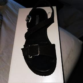 Super fine sandaler i str 36, dog passer de en 37. Har været brugt 2 dage på arbejde. Mine skøre fødder er ikke glad for dem 🙈