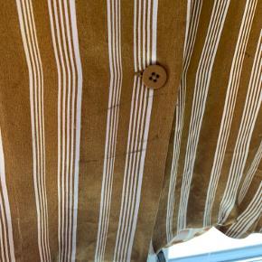 Fin bluse / skjorte fra second female. God stand, har dog en skramme (billede 2), men ses stort set ikke.  Kan sendes eller hentes i indre by. #gøhlersellout