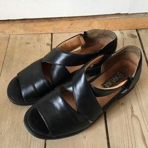 Sandaler i str 37 Gode at gå i, og rigtig fine og retro  En smule slidte dog..  Kan sendes med DAO eller afhentes i Aalborg :)