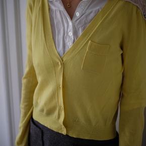 Den smukkeste gule uldcardigan fra Baum und Pferdgarten sælges, da jeg desværre ikke får den brugt længere. Den fejler ingenting. Har det smukkeste påsyede mønster på skuldrene. Kan afhentes på Frederiksberg, ellers betaler køber for porto og ts-gebyr