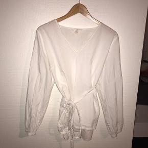 Smuk hvid bluse fra HM i str 38 med bindebælte 💓