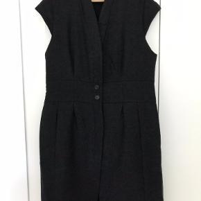 WINDSOR: Højkvalitets lang vest/cardigan/frakke uden ærmer. Virkelig lækker kvalitet. Uld  og helforet. Taljeret og knappet med 3 knapper i livet. Brugt 2 gange til formelle lejligheder. Fejler absolut intet.