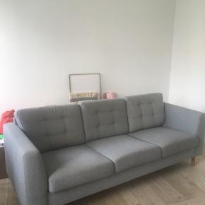 Fin grå sofa, med helt nye ben. Mål: L: 210 cm D: 77 H 45