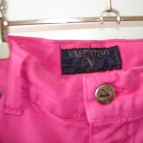 """Varetype: Valentino Vintage Jeans Størrelse: 32"""" Farve: Støvet pink  Lækre Vintage Valentino Jeans i 100% bomuld i støvet pink made in Italy.5-lommet, straight model størrelse 32"""". Taljen måler 79 cm. Benlængde på indersiden 79 cm. Benlængde på ydersiden fra taljen og ned 111 cm. Skridthøjde foran 31 cm. Skridthøjde bagpå 41,5 cm. Måler over hofterne ca. 104 cm. Lårvidde ca. 60 cm. Benvidde forneden 34 cm. I meget flot stand uden slid. BYTTER IKKE!"""
