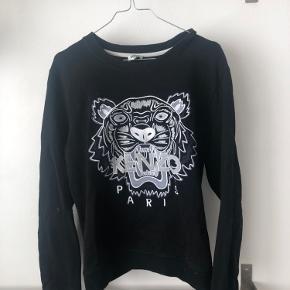 Sælger denne lækre Kenzo sweatshirt. Trøjen er en str. XL men fitter meget småt er selv normalt en XS-S. Kun brugt 2 gange💗