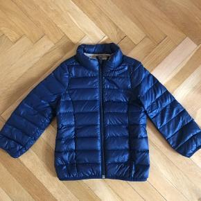 Varetype: Jakke Farve: Mørkeblå  Helt ny jakke fra Benetton i str. 3-4 år. Er aldrig brugt.  God som overgangsjakke.  Bytter ikke.
