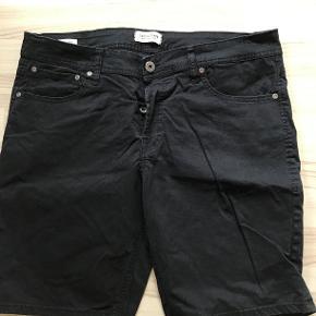 Shorts med knappelukning og påsatte baglommer