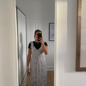 Lang kjole fra H&M. Aldrig brugt. Str. 34/XS, men passer også 36/S.