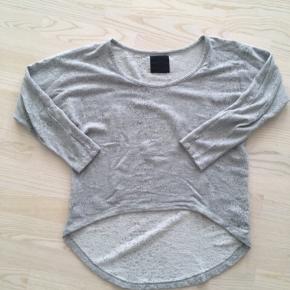"""Skøn oversized lysegrå sweat fra Just Female med """"slidt"""" effekt i stoffet. Lange ærmer, der sidder tæt. Trøjen er en XS, men jeg er en M-L og kan sagtens passe. Så den passer en XS-L. I god stand. Nypris 599,- sælges for 75,- afhentet i Ikast eller plus porto. Lækker over en top eller t-shirt en sommer aften eller på en kølig sommerdag."""