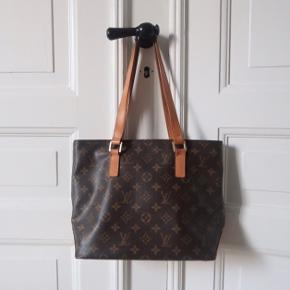 Louis Vuitton Cabas Piano i klassisk monogram.  Intet medfølger.  Vintage taske med patina - se billeder i kommentaren. God som hverdagstaske   Mål: 30,5 x 25 x 12,5   Bytter også med andet med samme værdi
