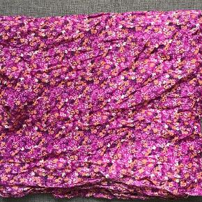 Varetype: Halstørklæde Størrelse: Onesize  Farve: Multi  Langt og fint blomstret tørklæde i ren bomuld.