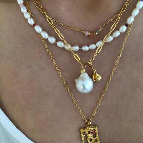 Helt ny halskæde fra Stine A - White Pearl and Stones, gold
