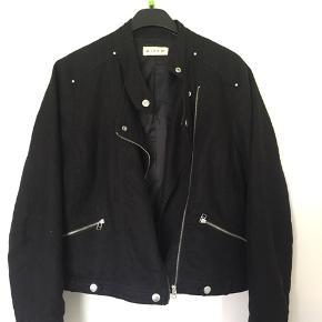 Fed jakke i 100% ramie str 40. Jeg er en 36/38 og den passer fint til mig😊 Der er en masse fede detaljer på, som gør den endnu sejere🤑 rigtig fin stand. Fra Micha