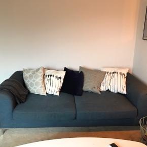 Stolen har mistet lidt farve på ryglænet grundet sollys. Ellers er begge møbler i fin stand, sofaen dejlig dyb med rigeligt plads til at slænge sig i.   Højde: 63 cm længde: 235 cm dybde: 100 cm