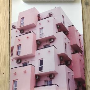 Lyserød plakat fra Desenio. Plakaten er helt ny og måler 30x40 cm.