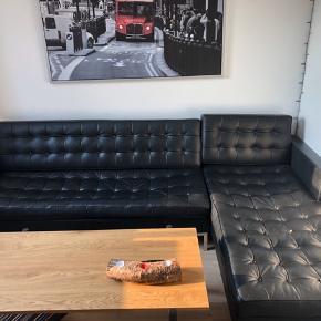 En enkelt knap er løs. Udover dette, så er den som ny.  Chaiselong og sofa kan skilles fra hinanden.