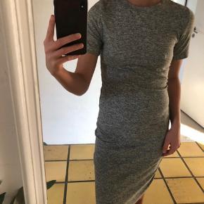 """Seduce kjole, den er tætsiddende, figursyet og """"lang"""" bodycon med en masse stræk i."""