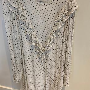 Rigtig flot Ganni kjole str. 36. Den har været brugt en time ca. derfor fortjener den en ny ejer. Fremstår som ny !
