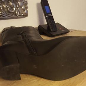 100% læder Spids skosnude Must have til efterår/vinter Hælhøjde: 5 cm Lidt brugt, købt for 1200 kr.
