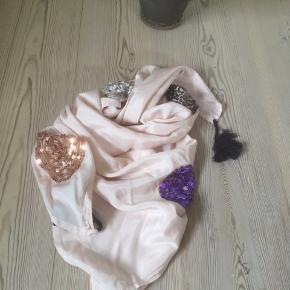 Mærke: Saint Tropez Farve: lys rosa Materiale: Viscose Tørklædet: Sjovt tørklæde med mange perler i forskellige farver. Måler 100x 100 cm Stand: aldrig brugt  Sælges kr 60 Har det samme tørklæde i lys grøn med perler