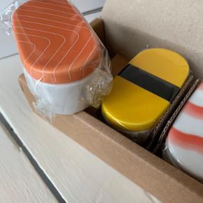 De skønneste sushi soyaskåle fra JA-HO-KO der importerer hand-picked keramik direkte fra Japan og Korea. De er lavet til at give et personligt look til bordet. Fået i gave og aldrig brugt.