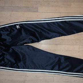 Disse super fede Adidas bukser er til salg da jeg bare ikke får dem brugt. Jeg er selv en 38 og kan passe dem. De har en snørre inden i så de kan strammes.  Kan ikke huske np Mp 300kr eksl fragt