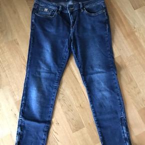Lækker 7/8 jeans med stræk og lynlås i benene  Str 30 Mp 250 pp