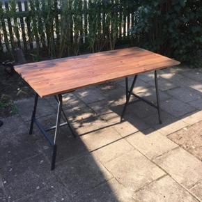 Jeg sælger dette plankebord som har fået en vandafvisende voksbehandling.  Alt træ er genbrug!  Mål:  L: 148 B: 67  H: 73  Kan leveres i København og omegn for 200 kr.