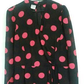 Sort vintage kjole med pink prikker/dots. Sælges uden bælter. Er medium og har brugt den lidt oversized. Passer nok M-L.