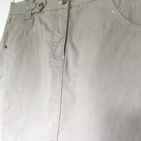 Varetype: Nederdel i godt snit Størrelse: 44 Farve: Sand Oprindelig købspris: 6000 kr.  64 % cotton, 14 % polyester, 2 % elastan. Længde 64 cm, liv 45x2