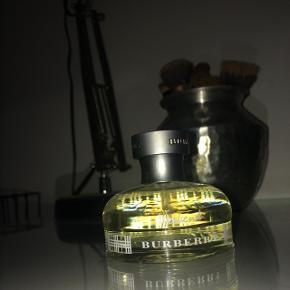 Sælger denne Burberry parfume Weekend, da det har været et fejlkøb. Den er brugt max 2 gang og er perfekt stand.