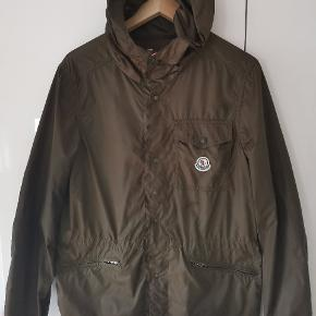Moncler jakke Fitter M-L Nogle af mærkerne er blevet fjernet derfor prisen