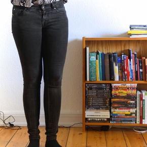Fede jeans med er slidt sort look 🖤  De er bløde i stoffet, der giver sig lidt. Størrelsen er 29/32 👖   Materiale: 98% bomuld, 2% elastik  Kan sendes på købers regning eller afhentes i Brønshøj 🛍