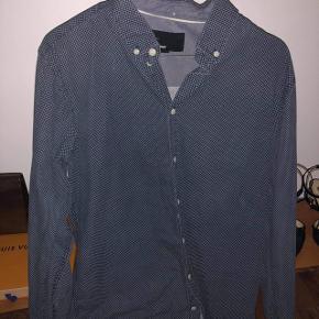 Mørkeblå skjorte med hvide prikker fra minimum. Fejler intet. Str. L/ Xl