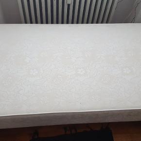Målene er 80x200 og cirka 20 cm i højden til nederste del af madrassen. Den er i meget fin stand og kan afhentes i Odense V. Sælges fordi jeg skal have en større seng:)