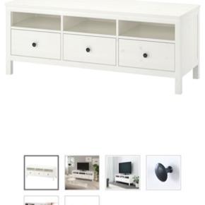 Tv-bord af serien Hemnes fra IKEA. Bordet er farven hvid bejdse og måler 148x47x57 cm.   Har en lille skramme på overfladen (se billede) der nemt kan dækkes til med en plante eller lignende.   Nypris: 1499 kr.