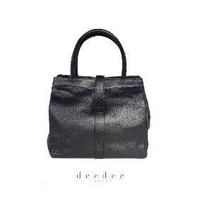"""Chanel """"So Black"""" Cerf Tote Taske i sort kalveskind med sort hardware Perfekt størrelse til hverdag og computer.   I næsten som ny stand. Mål: 30x28x14cm.   Fast pris: 13500dkk. For nærmere info og køb skriv til Info@deedee-tasker.dk"""