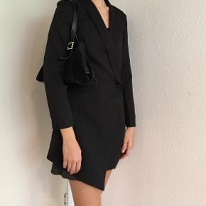 Elegant sort frakke str. 34/xs fra Missguided sælges🌸Nededel også til salg- se mine andre annoncer🌿 Obs. Gratis fragt i uge 42 ved køb for min. 100 kr🌸