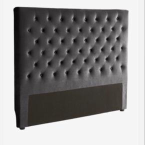 Grå velour sengegavl fra Jotex 160cm Fejler intet, står som ny Ny pris 2500  Skal afhentes i Nørresundby/Aalborg.