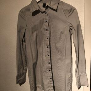 Flot lang skjorte fra Only.  Aldrig taget i brug
