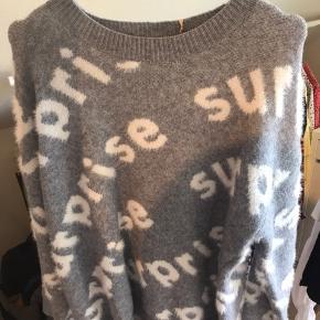 Helt ny lækker trøje med skrift. Aldrig brugt og stadig med prismærke.