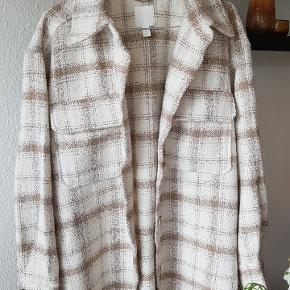 Virkelig lækker skovmandsskjorte - jakke i  100 % polyester.  Creme/ sand farvet.   Aldrig brugt - købt d 30/8-20 - kan ikke byttes da jeg desværre har fået smidt prisskiltet ud.   Se gerne mine andre annoncer:)