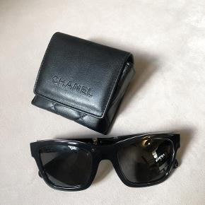 Sælger disse smukke solbriller fra Chanel.  Kan sende billede af stelnummer, men solbrillen findes her:   https://www.chanel.com/en_GB/fashion/sunglasses/square-sunglasses-black-frame-grey-gradient-lenses-a71296s0172uni  Nyprisen var lidt over 3.000,-  De sælges for 2.200,- da de er stortset som ny. De kommer med original brilleæske.   De er foldable, som betyder at de ingenting fylder i tasken.   Modellen er UNISEX.