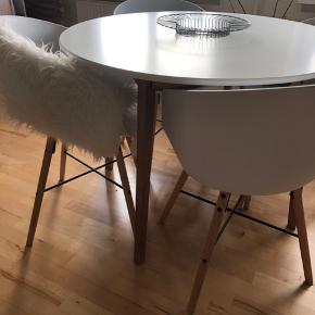 Sælger mit fine spisebord + spisestole fra JYSK - sælges kun grundet flytning!! Ny pris på spisebordet er 1199kr - alle specifikationer på bordet kan i finde på et af billederne! Ny pris på stolene pr stk 699kr - alle specifikationer ses på et af billederne  Både bord og stole er lige knap et år gammelt. Bordpladen har meget få brugsridser som næsten ikke ses. Alle fire stole sælges samlet! men bordet og stolene kan godt sælges hver for sig. - AFHENTES I HERNING!  BYD!