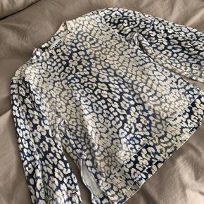 Sweatshirt med pufærmer og slids i begge sider, byd