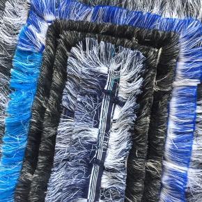 Flot Maalu maalu tæppe der er helt nyt. Det er lavet af kvinder fra Sri Lanka af de mærker der sidder i vores tøj. Mål 47x154