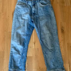 Unikke denim bukser med flæser i bunden. Ikke brugt meget, da de er lidt for store, men mega fede bukser!