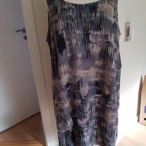 Varetype: kjole Farve: Flere  EF. Kjolen er brugt og vasket en gang. Kom evt. med et bud.